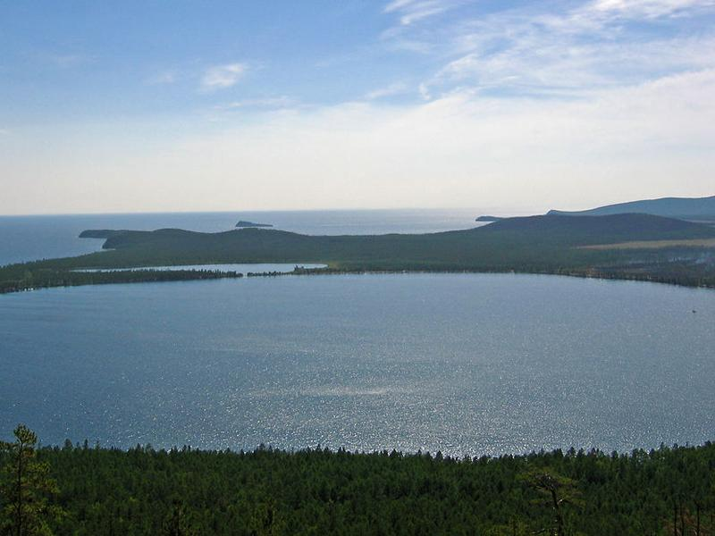 Вид на Слюдянские озёра, Байкал с горы. Фото: Дьячек Ирина