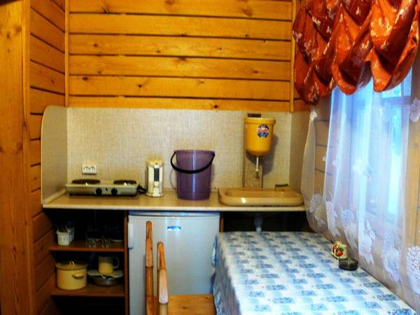 Обеденная зона в домике. Фото: www.base-sosna.ru