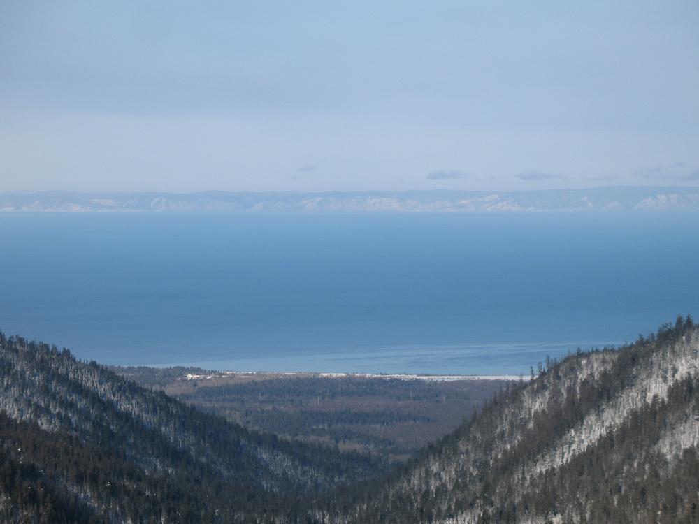 Вид с горы на озеро Байкал. Фото: mnogosnega.ru