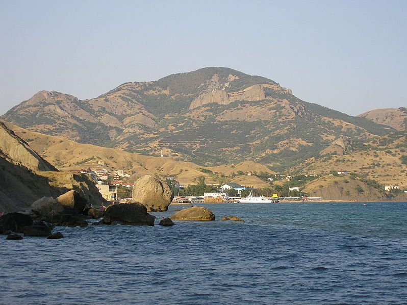 Вид на Кара-Даг со стороны Лисьей Бухты. Фото: Wikipedia