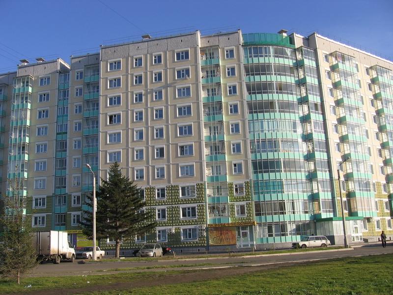 Многоэтажный дом, где расположена гостиница. Фото: www.kras-hostel.ru