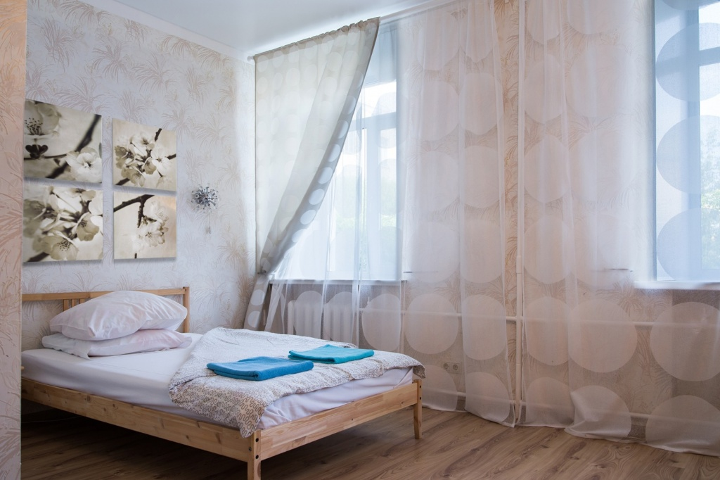 Номер Комфорт оборудован спальным гарнитуром с двухспальной кроватью 200 см * 140 см, TV , Wi-Fi. Окна во двор.