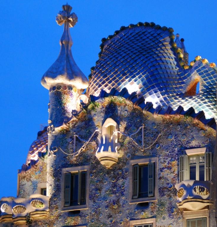 Фасад ночью. Автор: MorBCN. Фото:  www.flickr.com