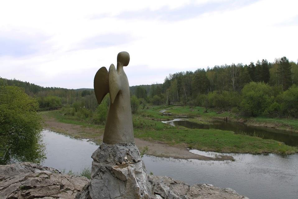 Ангел-хранитель в «Оленьих ручьях» — работа шведской художницы и скульптора Лены Эдвалл. Это один из 49 ангелов, которые Лены Эдвалл планирует установить в разных странах мира. По ее замыслу, ангелы-хранители встанут на защиту мира и спокойствия, оберегут людей от зла, войн и терроризма. Скульптура в «Оленьих ручьях» была установлена 17 сентября 2005 года. В тот же день подобные ангелы были установлены в Австралии, Канаде, Перу, Мали, Вануату, на Гавайях. Проект получил называние «Единая надежда», толчком к его созданию послужил террористический акт в Мадриде, унесший множество жизней в 2004 году.
