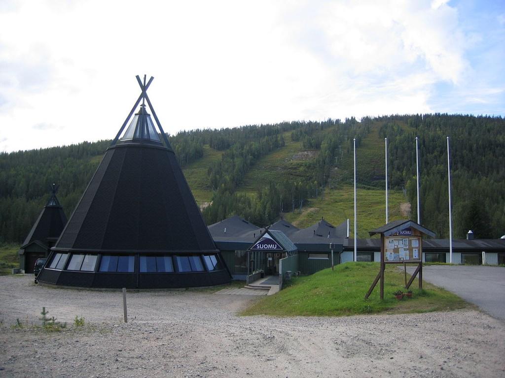 Вид на горнолыжные спуски сопки Суомутунтури. Автор: JTS (Jarkko Iso-Heiko). Фото:  wikimedia.org