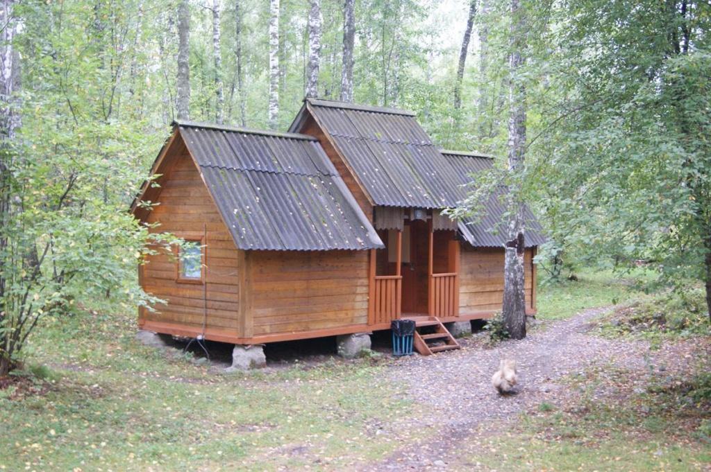 Летний домик с верандой. Фото: iveria-altai.ru