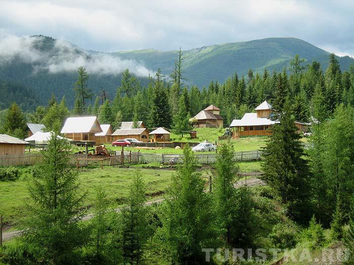 Туркомплекс «Кедровая опушка», вид с горы. Фото: www.turistka.ru