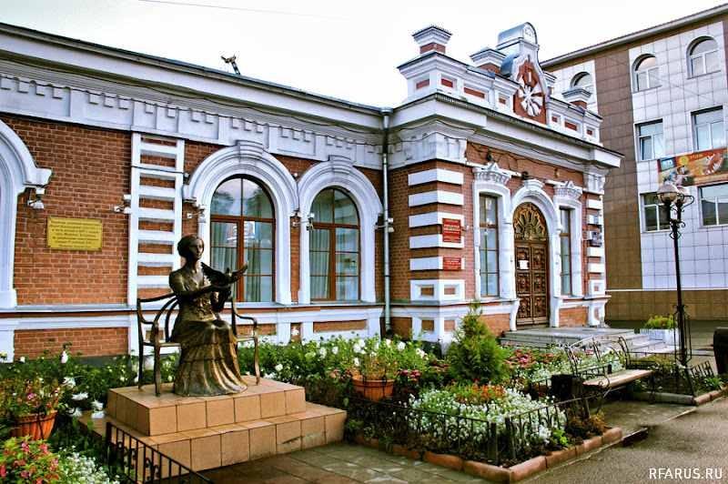 Памятник Марии Александровне на фоне Городской библиотеки им.В.А. Чивилихина