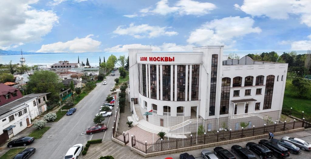 фасад здания  Дома Москвы. отель на 4 этаже