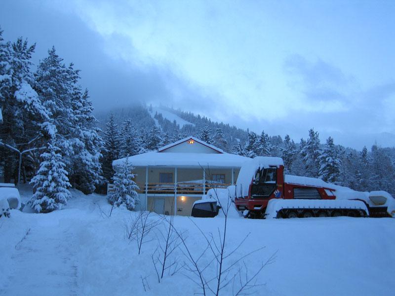 Двухэтажный гостиничный корпус. Фото: www.karakol-ski.kg
