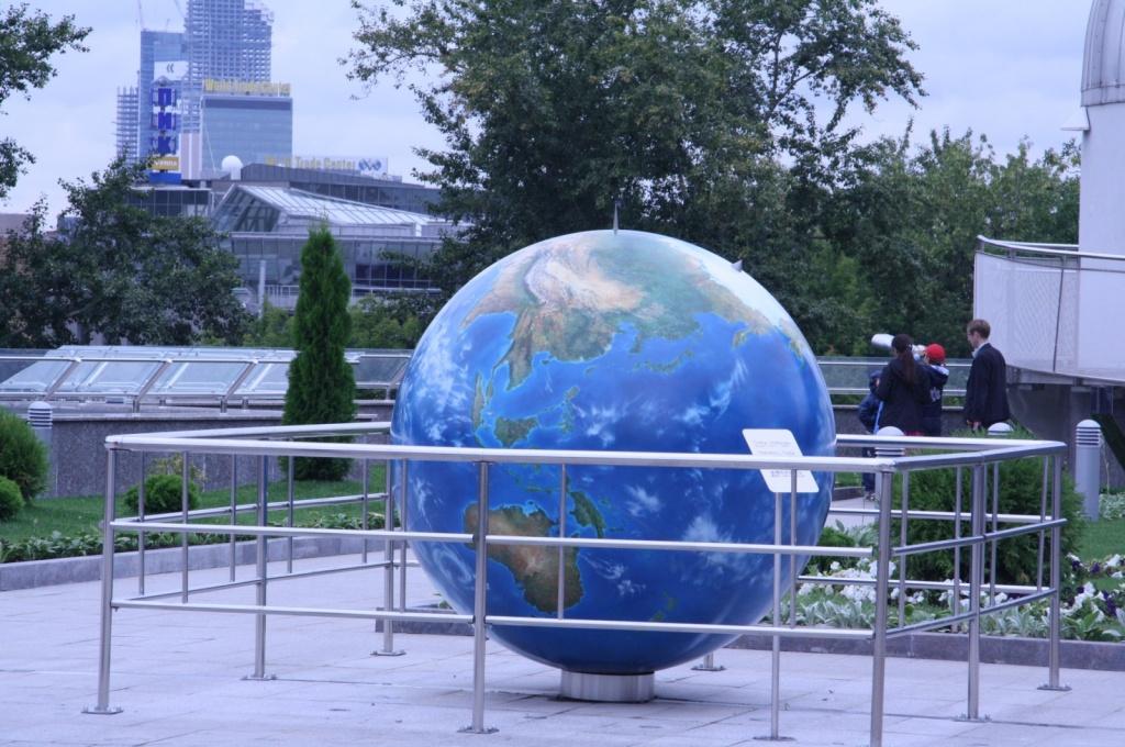Макет Земли в планетарии. Фото с сайта  tonkosti.ru