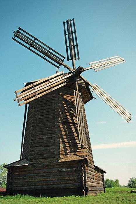 Ветряная мельница была перевезена из деревни Мочищенск Гаринского района. Лопасти мельницы закреплены и поэтому не вращаются. Фото: Роман (Скоромысл) Суханов