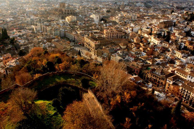 Вид на Гранаду с Альгамбры. Фото с сайта  www.arrivo.ru