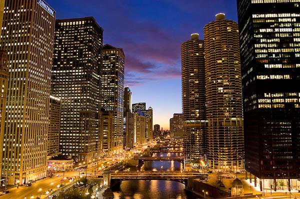 Река Чикаго в центре города. Фото с сайта www.americancities.ru