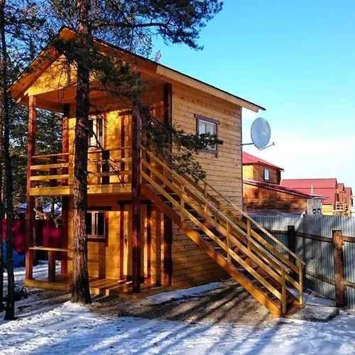 Двухэтажный деревянный домик