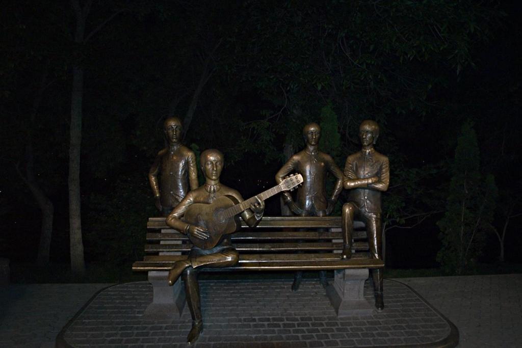 Памятник группе The Beatles в парке на горе Кок-Тюбе Автор: Vladimir Varfolomeev Фото:  www.flickr.com