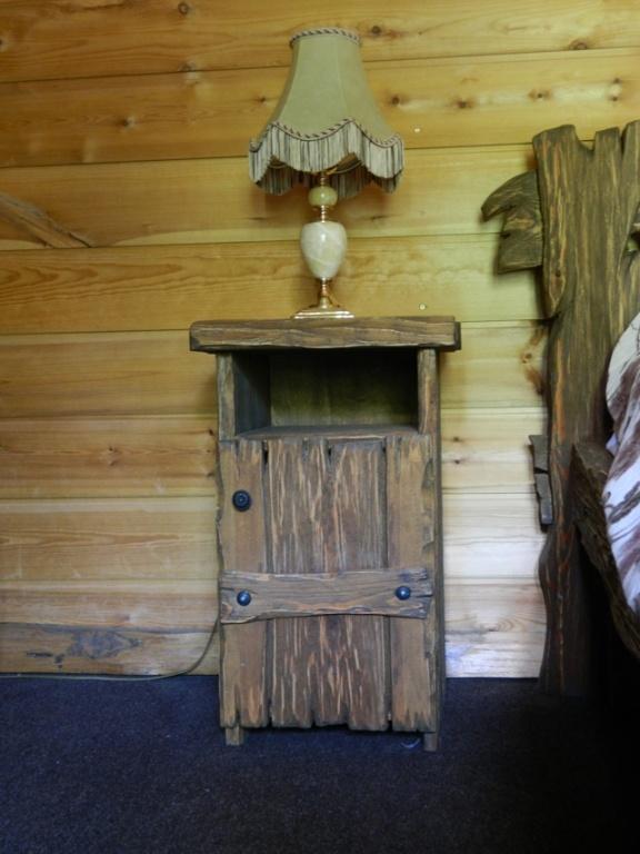 Мебель номера работы местных мастеров из натурального дерева с элементами ковки