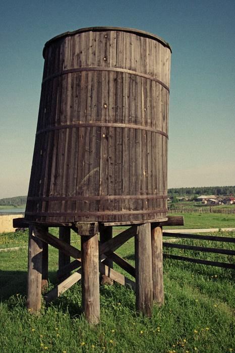 Деревянный чан для воды, который находился рядом с пожарным депо. Фото: Роман (Скоромысл) Суханов