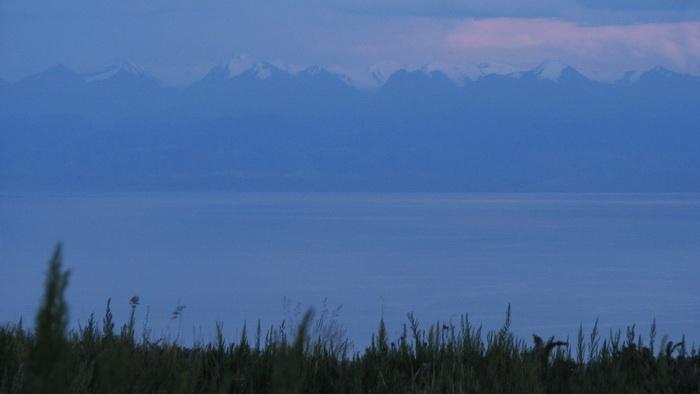 Вид на хребет Терскей Алатау с северного берега Иссыккуля. Автор фото: Денис Емелин