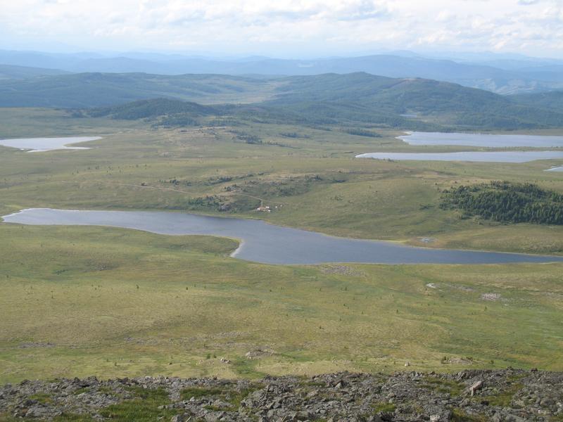 Вид на озеро и на базу с горы