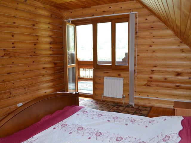 Спальня коттеджа Люкс с видом на Катунь