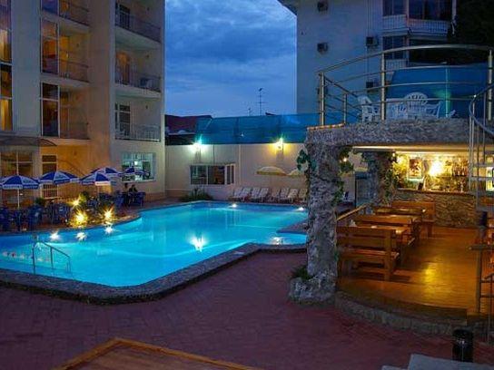 Гостиница «Янаис», кафе у бассейна. Фото: www.yanais.ru