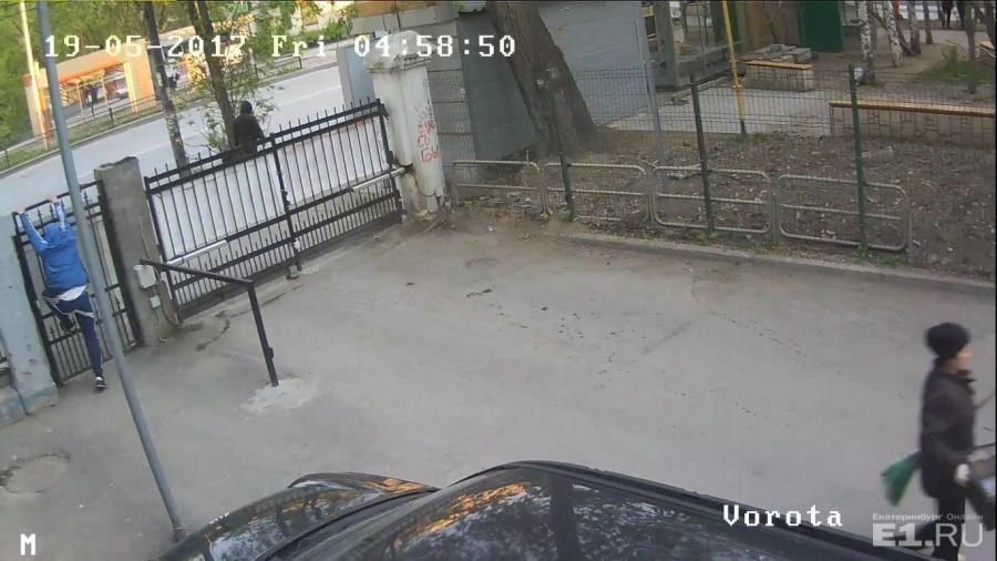 Дворник вызвала полицию, но хулиган успел сбежать.
