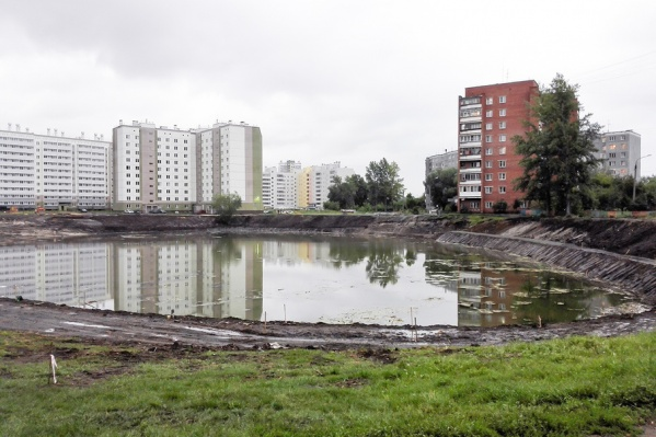 Сейчас вокруг пруда готовится основа для велодорожек