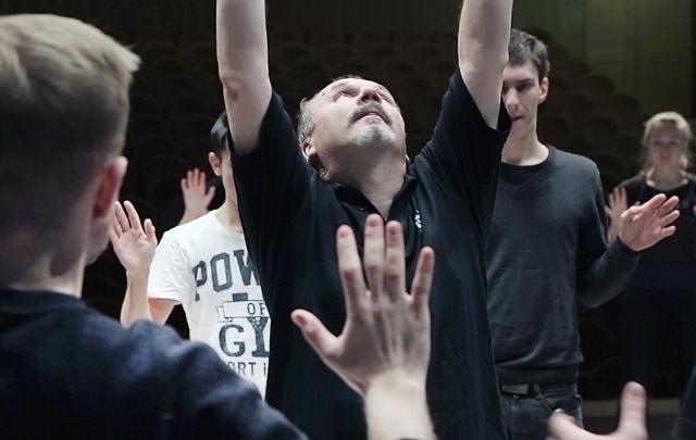 Режиссёр театра «У Моста» научил челябинских студентов притягивать предметы