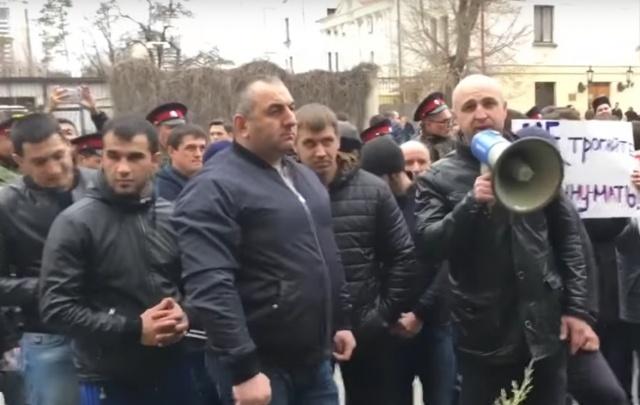 Казбек Фарниев:  «Это Алексей Навальный мне куртку порвал и за ногу ухватил»