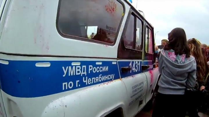 На фестивале красок в Челябинске подростки нападали на полицейские машины