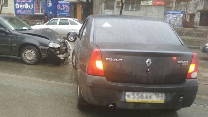 На трамвайных путях на Пензенской столкнулись две легковушки