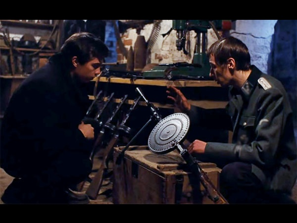 "кадр из фильма ""Брат-2""//реж. А.Балабанов"