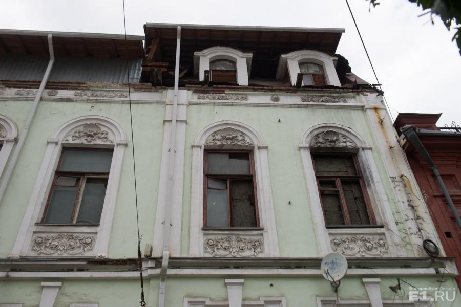Кажется, что красивое старинное здание умирает у нас на глазах.