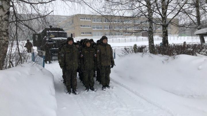 В город ввели войска: для расчистки Ярославля от снега привлекли военных