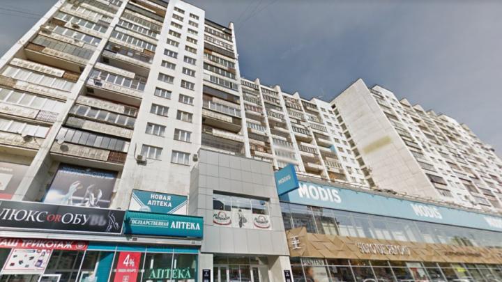 В центре Челябинска загорелся дом с множеством магазинов