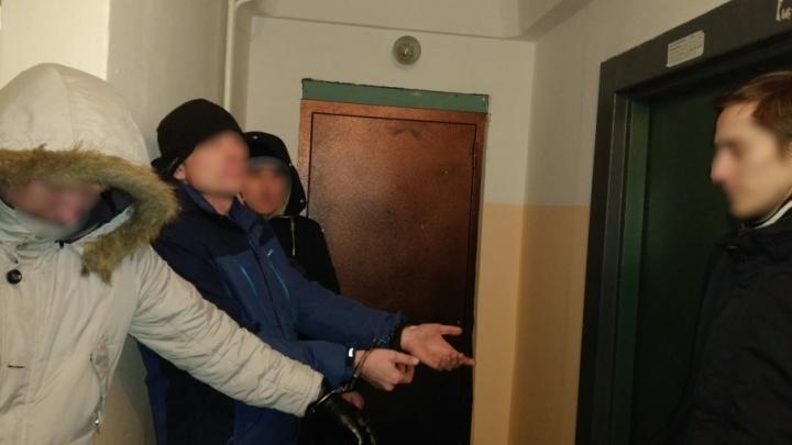 Тюменца, застрелившего врача в подъезде, оставили под арестом до сентября