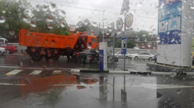 """Из-за плохой видимости на дороге произошло столкновение """"КАМАЗа""""с иномаркой"""