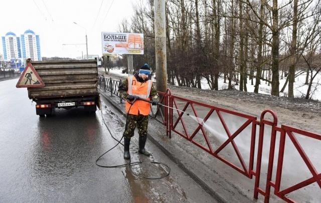 В день работников ЖКХ коммунальщики Ярославля помыли уличные заборы