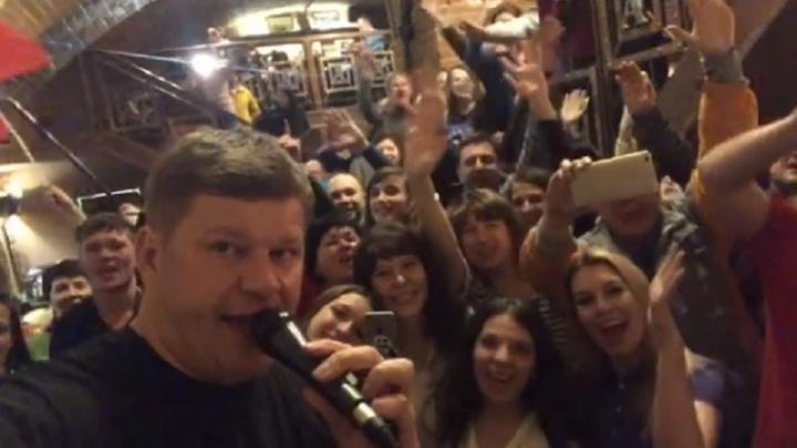 Тюменский бар, где отдыхал Губерниев, пришлось закрыть из-за наплыва посетителей