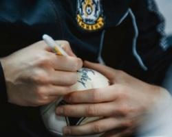 Игроков МФК «Тюмень» просили расписаться на мячах и руках
