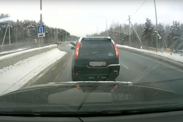 Мужчина не стесняется демонстрировать нецензурные жесты прямо из окна машины