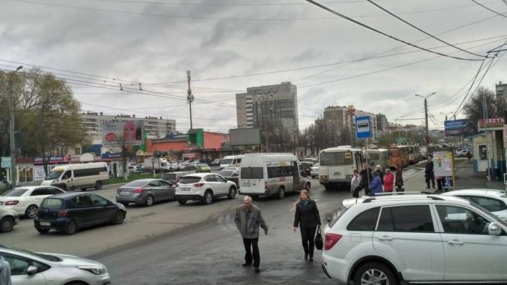 Оживлённая магистраль в Челябинске из-за двух аварий встала в плотной пробке