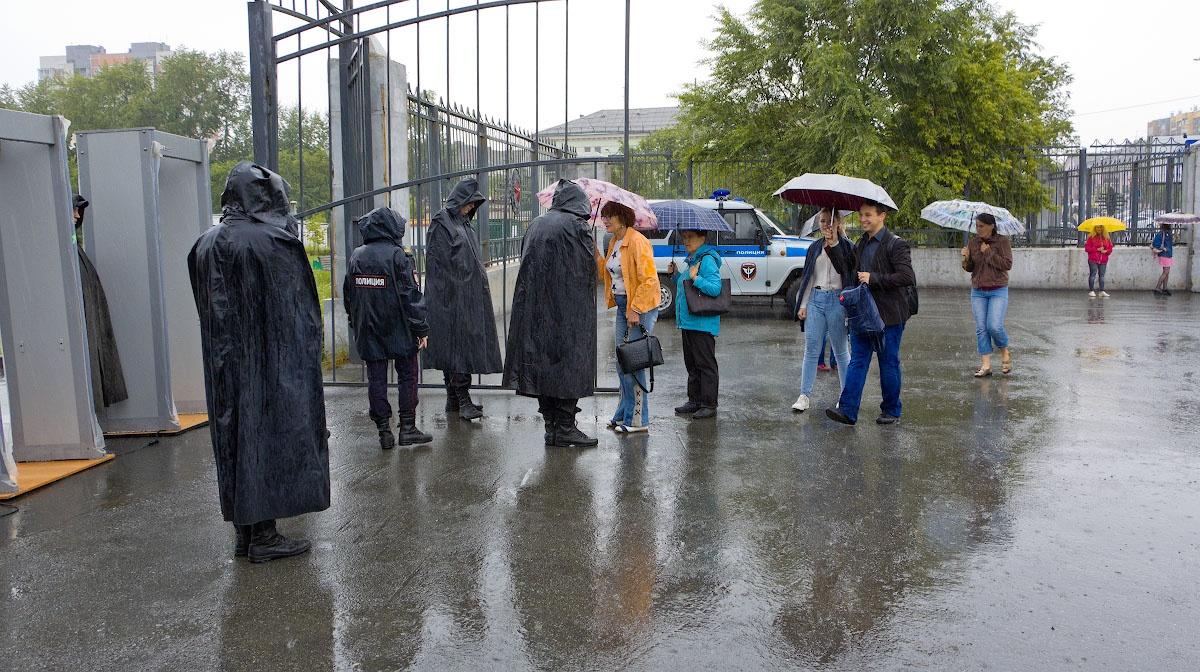 Перед началом митинга шел дождь