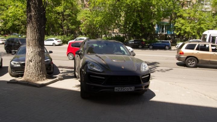 Я паркуюсь, как чудак: «доска почета» ростовских водителей, бросающих машины на тротуарах и газонах