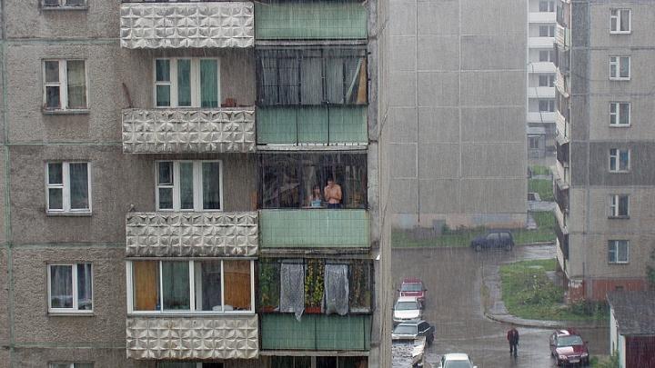 Восьмилетняя девочка упала с балкона дома в Челябинской области