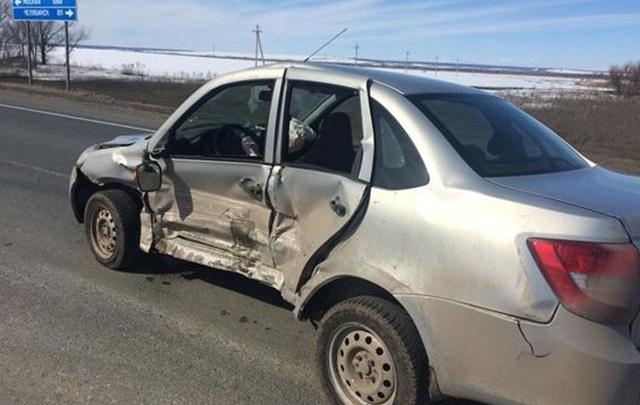 В Самарской области вазовская «пятерка» смяла «Гранту», четверо пострадали