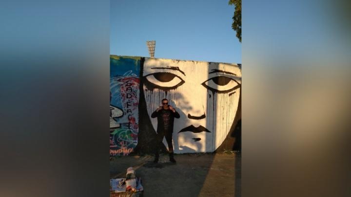 На Берлинской стене пермский художник Sad Face нарисовал огромного «плачущего человечка»