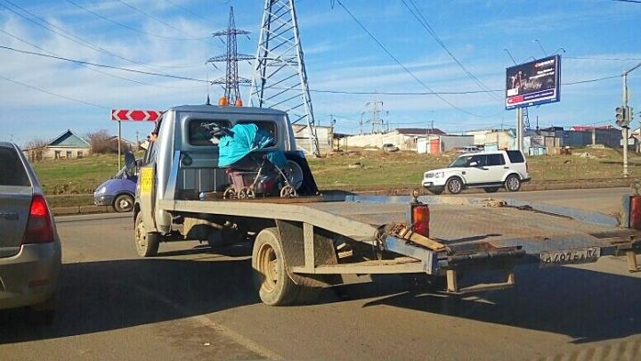 Волгоградцы возмутились эвакуированной коляской