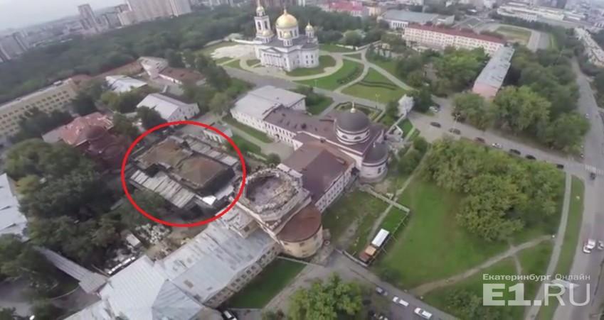 Вид сверху на Ново-Тихвинский монастырь: здание Успенской церкви обведено красным.